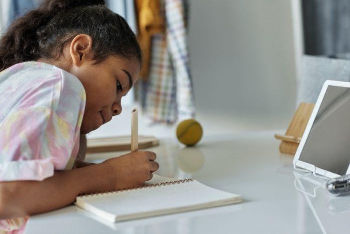 WCCUSD parent reviews district distance learning program